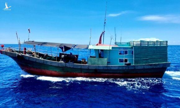 Quảng Bình xua đuổi 2 tàu cá Trung Quốc xâm phạm vùng biển Việt Nam - Ảnh 2.