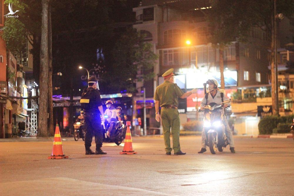 TP.HCM kiểm soát chặt người dân ra đường trong ngày tiếp tục áp dụng Chỉ thị 16 - ảnh 5