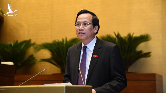 Bộ trưởng LĐ-TB-XH Đào Ngọc Dung đọc tờ trình /// Ảnh Gia Hân