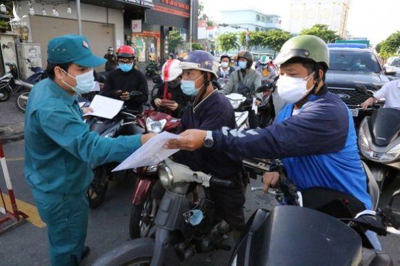 Người dân đi trong TP.HCM không bị kiểm tra giấy xét nghiệm COVID-19 - Ảnh 1.