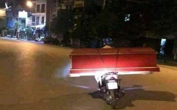 Sự thật về chiếc xe máy chở quan tài trên phố Sài Gòn đêm giới nghiêm - hình ảnh cứa lòng người mùa dịch