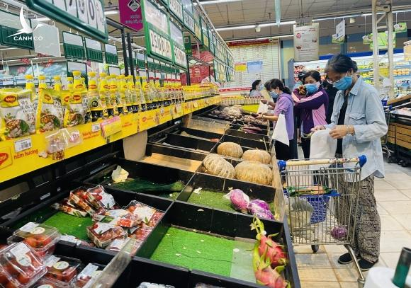 Người dân TP.HCM bất ngờ 11 giờ trưa siêu thị 'không còn hàng tươi sống để mua' - ảnh 11