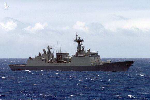 Tàu khu trục chống cướp biển thành ổ dịch COVID-19, Hàn Quốc khẩn cấp giải cứu - Ảnh 1.