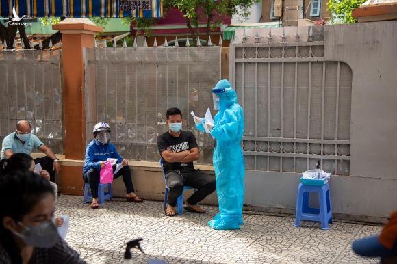 Đội mưa giao hàng giúp dân: Người không nhận, người nói 'đợi đi, đang xem phim hay' - ảnh 4