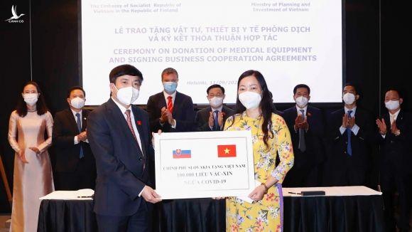 Tổng thư ký Quốc hội Bùi Văn Cường tiếp nhận 100.000 liều vắc xin Covid-19 Chính phủ Slovakia tài trợ /// Gia Hân