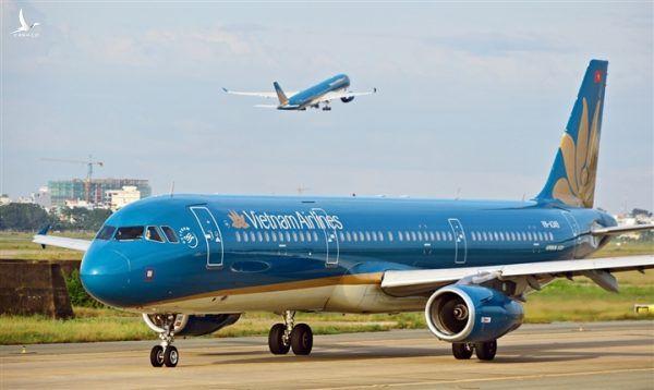 Áp giá sàn vé máy bay là sai luật, ai là người hưởng lợi?