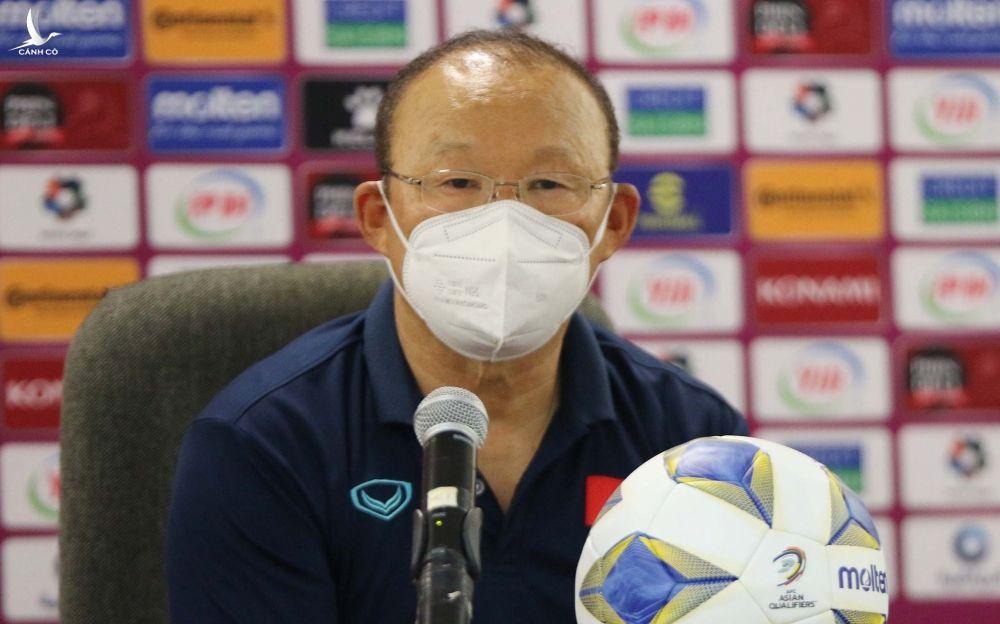 HLV Park Hang-seo trong buổi họp báo sau trận thua Oman 1-3 ngày 12/10.