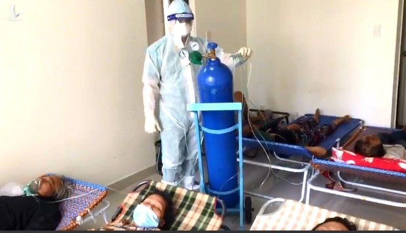 Bác sĩ tuyến đầu với những sáng kiến kiểu 'du kích' cứu sống nhiều bệnh nhân COVID-19
