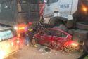 Tai nạn giao thông ở Hà Nội: Ô tô con bị kẹp nát giữa 2 xe đầu kéo, 3 người chết
