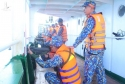 Cảnh sát biển trao cờ Tổ quốc, tặng quà ngư dân và huấn luyện bắn súng pháo trên biển