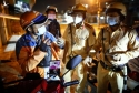 CSGT TP.HCM xử phạt sau 18 giờ: Vẫn có shipper ngoan cố chống chế