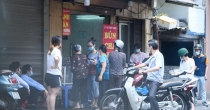 Nhiều quán ăn ở vùng xanh bán đắt, người dân phải xếp hàng dài