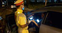 Bị đo nồng độ cồn, tài xế liên tục yêu cầu CSGT nghe điện thoại người quen