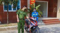 Hà Nội: Nữ lao công bị cướp được công an tặng xe máy