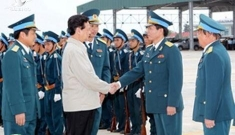 PM Nguyen Tan Dung visits Division 372 of the air force stationed in Binh Dinh