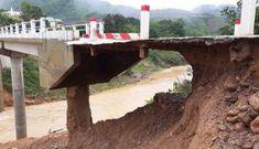 Cầu ở Quảng Trị bị sạt lở chỉ còn lớp nhựa… 'mỏng như bánh tráng'