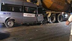 Xe đưa đón học sinh đâm vào xe trộn bê tông dừng đèn đỏ, 1 người bị thương
