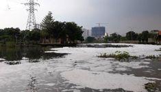 Bọt 'lạ' đổ ra ồ ạt xả trắng sông Sài Gòn
