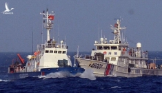 Hai tàu cảnh sát biển Trung Quốc áp sátngăn cản ngư dân trục vớt tàu gặp nạn