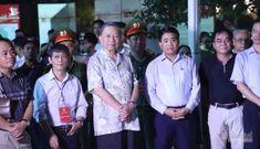 Đại tướng Tô Lâm hoà cùng dòng người thưởng thức dàn kèn bên Hồ Gươm