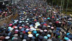 Tòa án Hồng Kông bác yêu cầu ngăn luật cấm đeo khẩu trang, nhiều người xuống đường