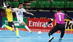 Đang thi đấu, quả bóng vàng futsal Việt Nam ngồi trên bóng buộc giày câu giờ phản cảm