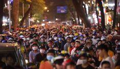 Hàng nghìn người đội mưa ra đường đón năm mới 2020
