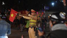 """Công an căng mình chống """"bão"""" đua xe sau chức vô địch của U22 Việt Nam"""