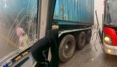 Tài xế container để xe khách mất phanh đâm vào sườn xe, cứu 20 người thoát cửa tử