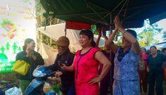 Vụ dân phải bò vào chợ: mở cổng trở lại, dân hô vang 'hoan hô chủ tịch thị xã!'