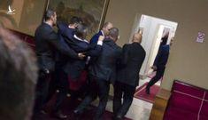 Nghị sĩ Serbia lao vào ẩu đả dữ dội tại quốc hội