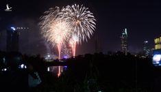Người dân đổ ra đường xem pháo hoa, chào đón năm mới 2020