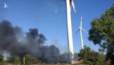 Turbin trụ điện gió ở Nhà máy điện Tuy Phong bốc cháy dữ dội