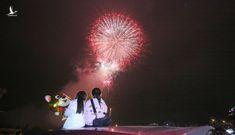 Hàng vạn người dân thủ đô 'lội nước' xem pháo hoa mừng xuân Canh Tý 2020