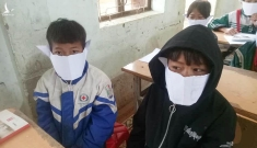 Phê bình giáo viên và hiệu trưởng vì tấm ảnh 'học sinh đeo khẩu trang bằng giấy'
