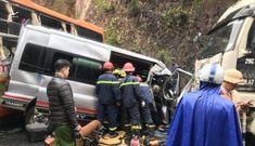 CLIP: Khoảnh khắc ôtô 16 chỗ vượt xe đầu kéo dẫn đến vụ tai nạn kinh hoàng