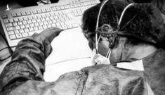 Italy: Nữ y tá ngủ gục trên bàn, mặt đầy vết bầm sau 10h làm việc không nghỉ