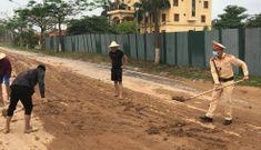 """Xe tải rơi bùn đất """"ngập"""" đường, CSGT Vĩnh Phúc """"xắn tay"""" hót dọn"""