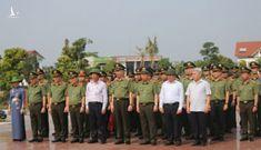 Dâng hoa Chủ tịch Hồ Chí Minh tại Khu lưu niệm Sáu điều Bác Hồ dạy CAND