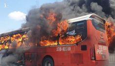 Xe giường nằm bốc cháy ngùn ngụt, 20 người thoát chết