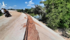 Chuyện lạ ở Bình Định: Cầu xây 10 tỉ dân sợ không dám đi, chủ tịch xã lên tiếng