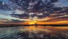 Bầu trời đổi màu trong khoảnh khắc ngư dân bắt đầu ngày mới ở xứ Huế