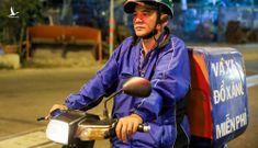 Anh Lê Thanh Tùng đi khắp thành phố để vá, đổ xăng vàsửa xe miễn phí