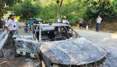 Ô tô cháy rụi, cha ôm con trai lao khỏi xe thoát thân
