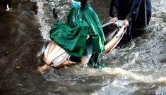 Mưa trắng trời, người Sài Gòn chật vật trong biển nước