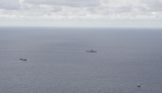 Cảnh tượng hiếm khi tàu Mỹ, Việt Nam bao vây tàu Trung Quốc trên Biển Đông