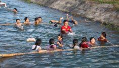 Thầy giáo dạy bơi miễn phí cho trẻ nhỏ quê nghèo