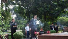 Tổng lãnh sự Mỹ và chiếc khăn choàng in hình 'con rồng' Việt Nam