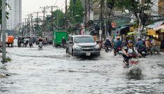 Người và xe bơi giữa đường sau cơn mưa lớn tại TP.HCM