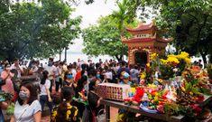 Phủ Tây Hồ phải đóng cửa vì quá đông người đến lễ